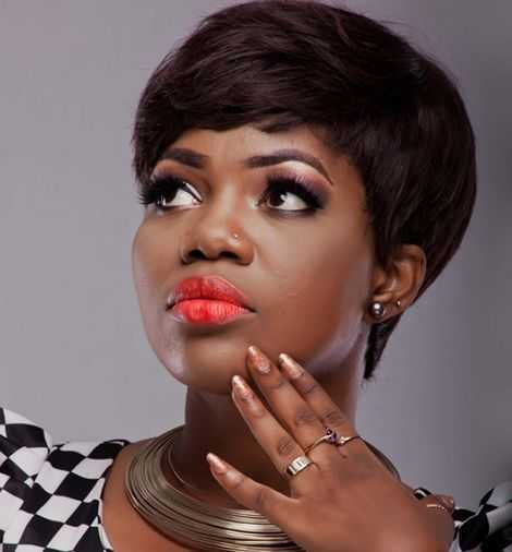 Angry Fan Throws An Egg At Mzbel During Her Performance In Belgium
